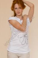 Белая блузка с рисунком, выполненным из паеток и вышивки