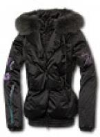 Женская куртка с глубоким капюшоном, украшенным мехом енота