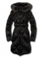 Модное полупальто с воротником-стойкой и капюшоном, украшенным мехом енота